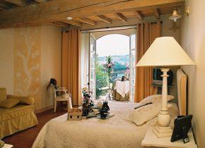chambre spacieuse , poutres et terracota au sol