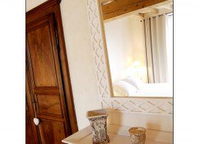 terre cuite au sol , poutres naturelles, armoire chinée pour cette chambre avec accès direct sur la terrasse