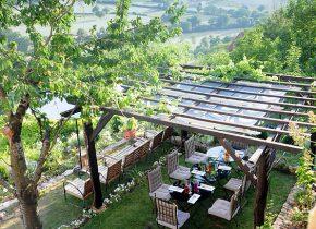 chambre et table d'hôtes de charme. Dîners et Petits déjeuners dans le jardin de la maison d'hôtes