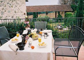 Moment de plaisir sur la terrasse au frais pour vos petits déjeuners