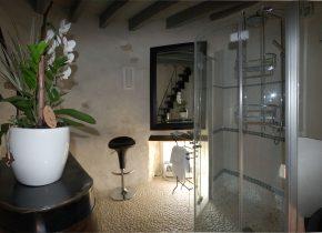insolite salle de bains à l'italienne au 1er étage de la