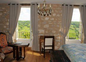 """chambre et table d'hôtes de charme. Suite """"Le Vent D'autan"""" avec vue imprenable sur la vallée sud de Cordes sur Ciel"""